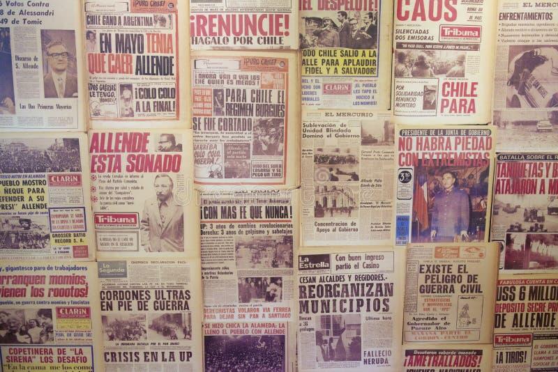 A colagem dos jornais emitiu em 1973 no Santiago, o Chile fotos de stock