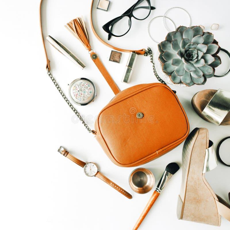 Colagem feminino dos acessórios da configuração lisa com bolsa, relógio, vidros, bracelete, batom, sandálias, rímel, escovas fotos de stock royalty free