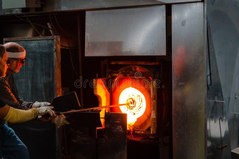 Colando o vidro na fornalha de cadinho para aquecê-la alternativa e para dar-lhe forma fotografia de stock royalty free