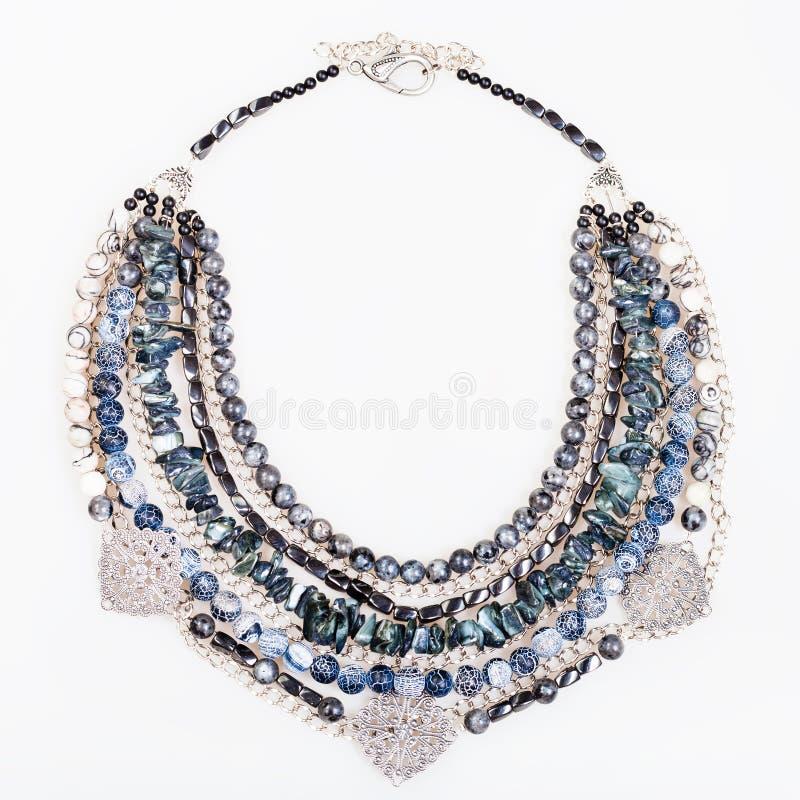 Colar azul cinzenta da ágata das pedras preciosas no branco fotografia de stock royalty free