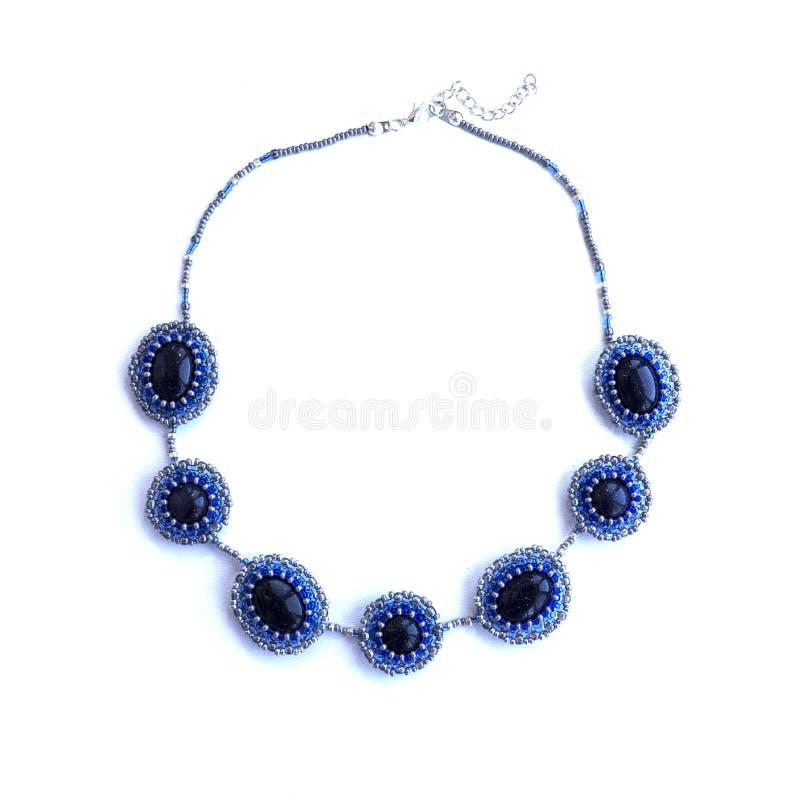 Colar azul elegante feito a mão das pedras naturais, grânulos foto de stock royalty free