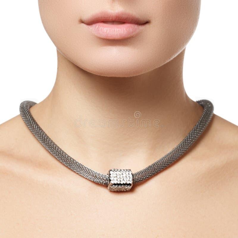 Colar bonita da forma no pescoço Joia e bijouterie foto de stock royalty free