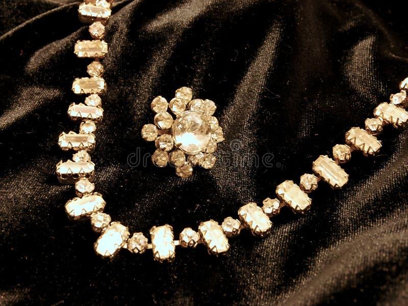 Colar brilhante da joia do diamante no fundo preto do cetim para o dia de Valentim imagem de stock royalty free
