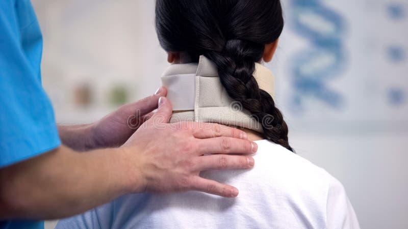 Colar cervical da espuma paciente fêmea da fixação do ortopedista, período da reabilitação imagem de stock royalty free
