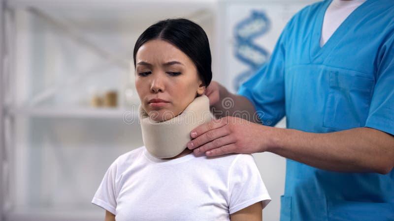 Colar cervical da espuma paciente fêmea triste masculina da fixação do ortopedista após o traumatismo fotos de stock