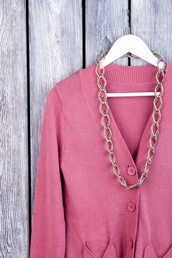 Colar Chain no revestimento cor-de-rosa, fim acima fotos de stock royalty free