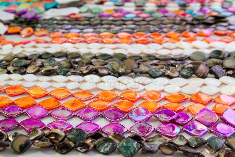 A colar colorida da jóia enfileira a laranja cor-de-rosa imagem de stock