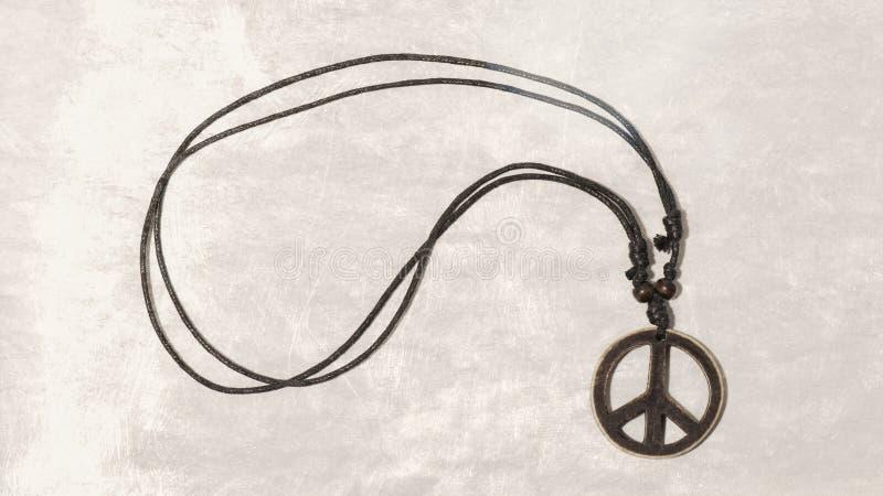 Colar com símbolo de paz de madeira Faça a guerra do amor não Fl aplicado imagens de stock