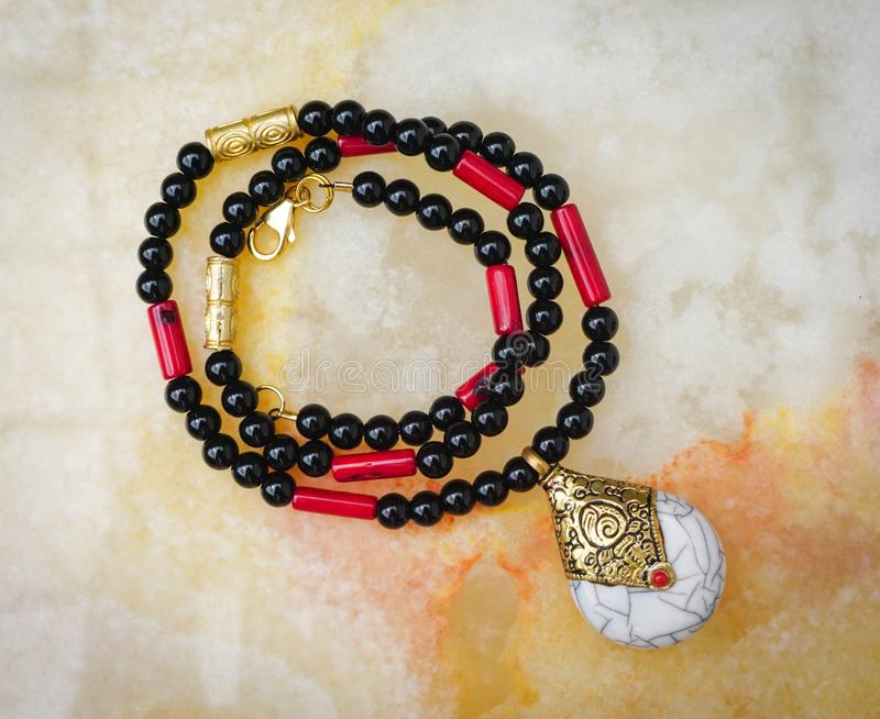 Colar da joia do Beadwork feita com ônix, coral e coral foto de stock royalty free