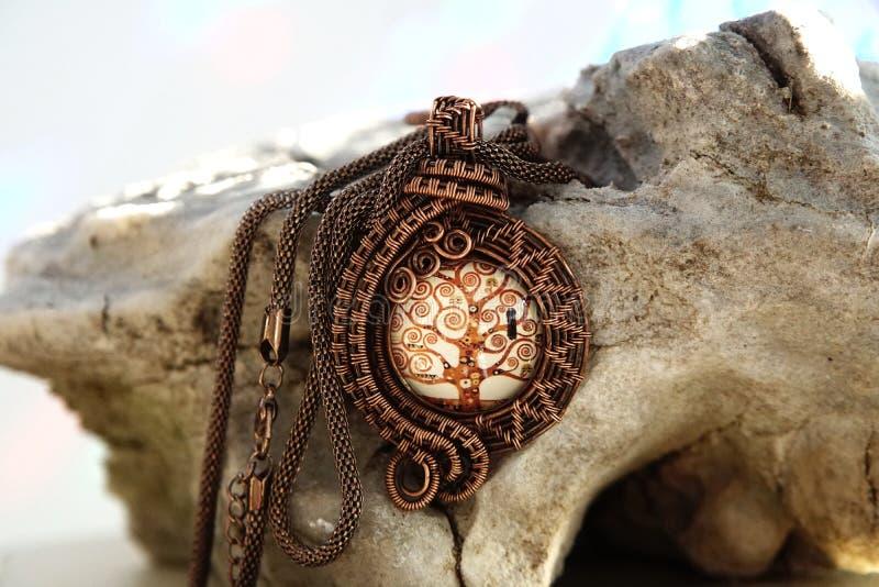 Colar de cobre da joia do vintage no fundo de pedra, feito à mão foto de stock