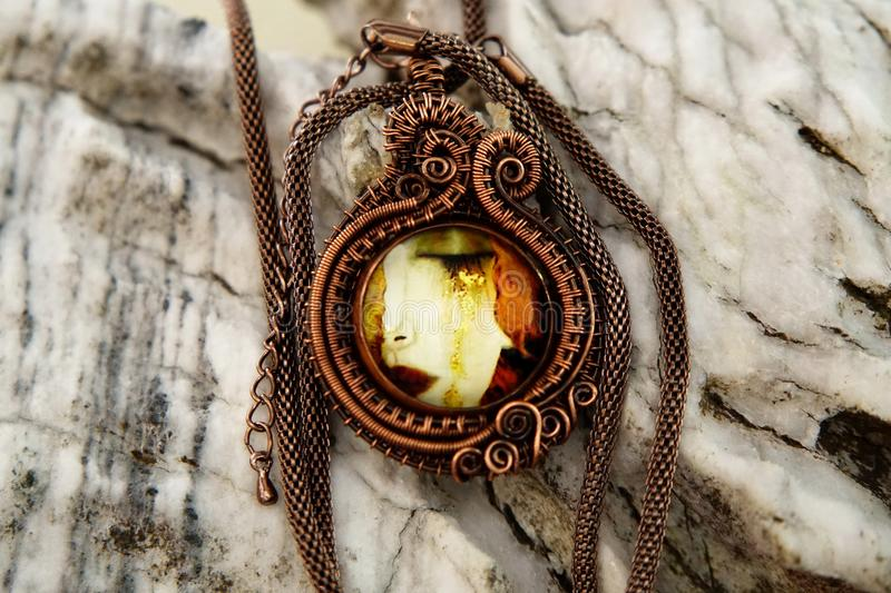 Colar de cobre da joia do vintage no fundo de pedra, feito à mão foto de stock royalty free