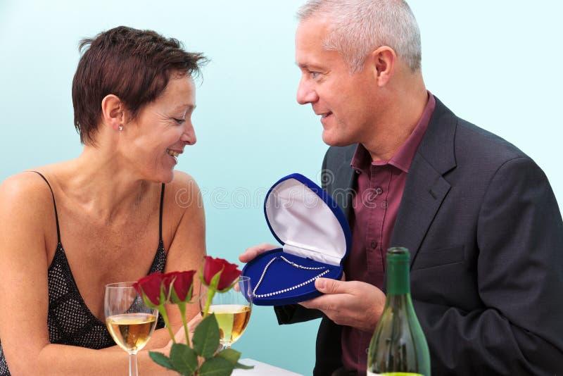 Colar de diamante do casal fotografia de stock