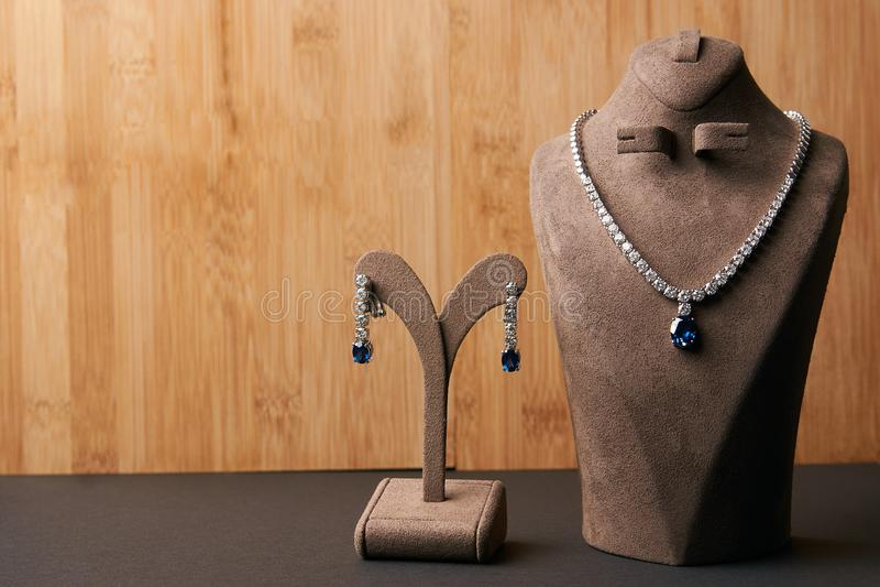Colar de diamante do ` s das mulheres feita da platina fotos de stock royalty free