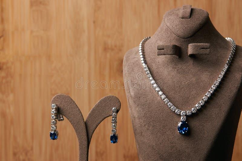 Colar de diamante do ` s das mulheres feita da platina fotografia de stock royalty free