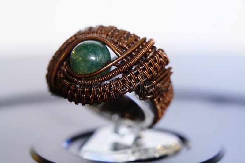 Colar de prata da joia do anel com uma pérola fotografia de stock