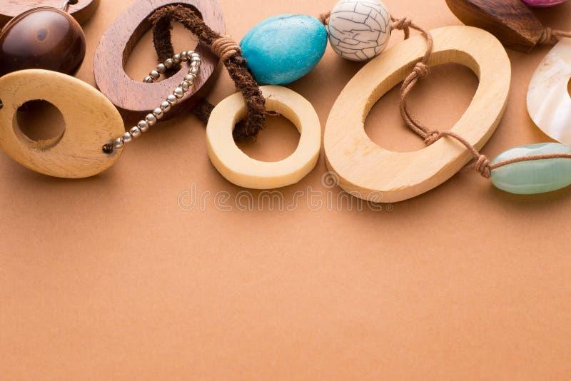 Colar do artesão com grânulos e as pedras de madeira imagem de stock