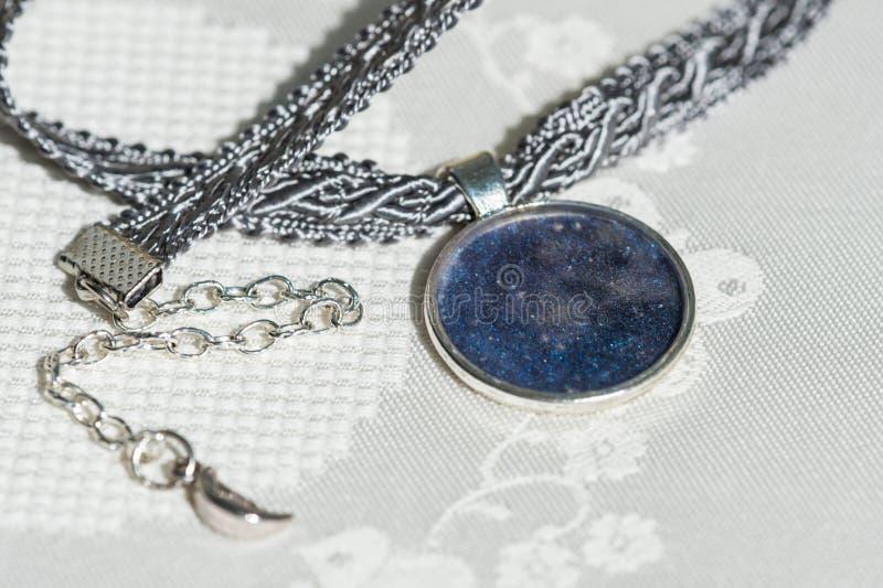 Colar do colar preso à garganta da fita e do pendente feito a mão imagem de stock