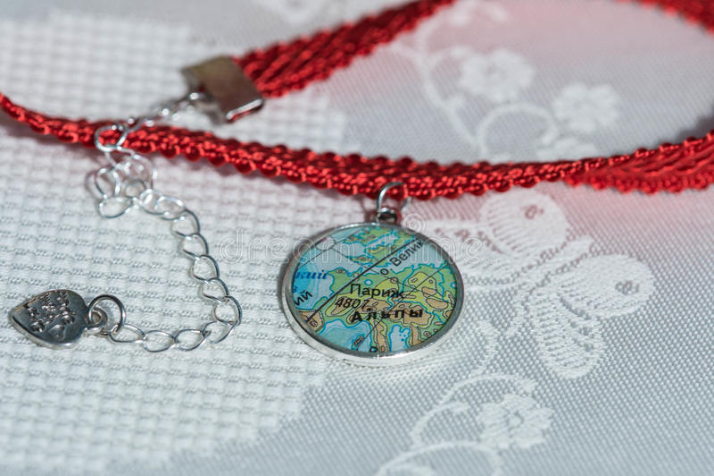 Colar do colar preso à garganta da fita e do pendente feito a mão imagens de stock royalty free