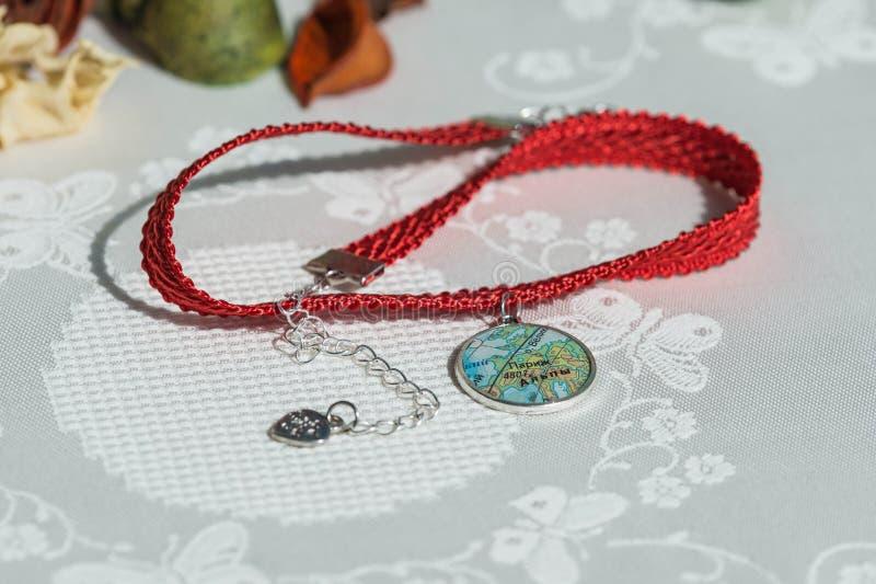 Colar do colar preso à garganta da fita e pendente feito a mão de uma resina de cola Epoxy fotografia de stock royalty free
