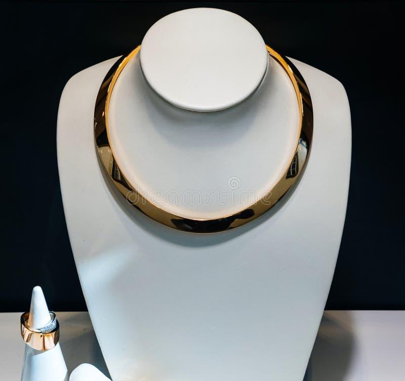 Colar e anel luxuosos da platina do ouro fotografia de stock