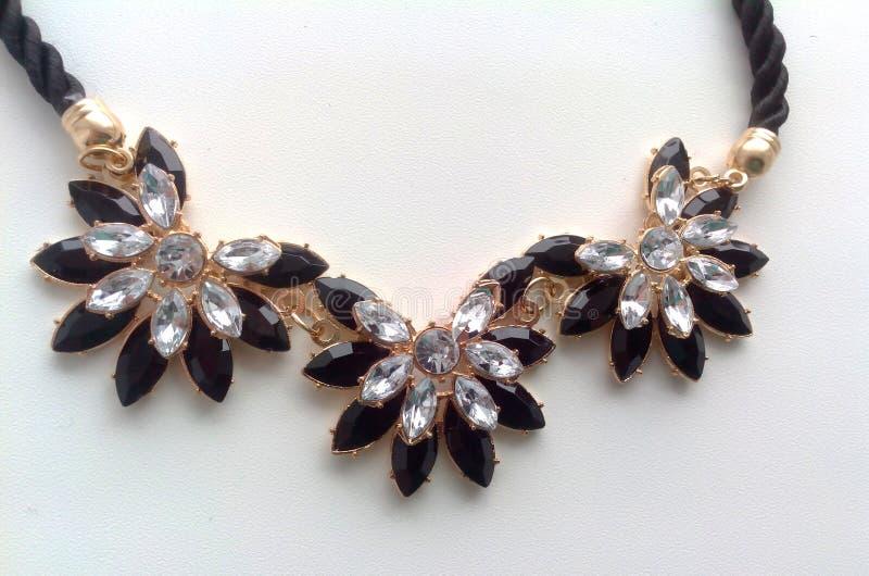 Colar fêmea em torno do pescoço das flores fotos de stock royalty free
