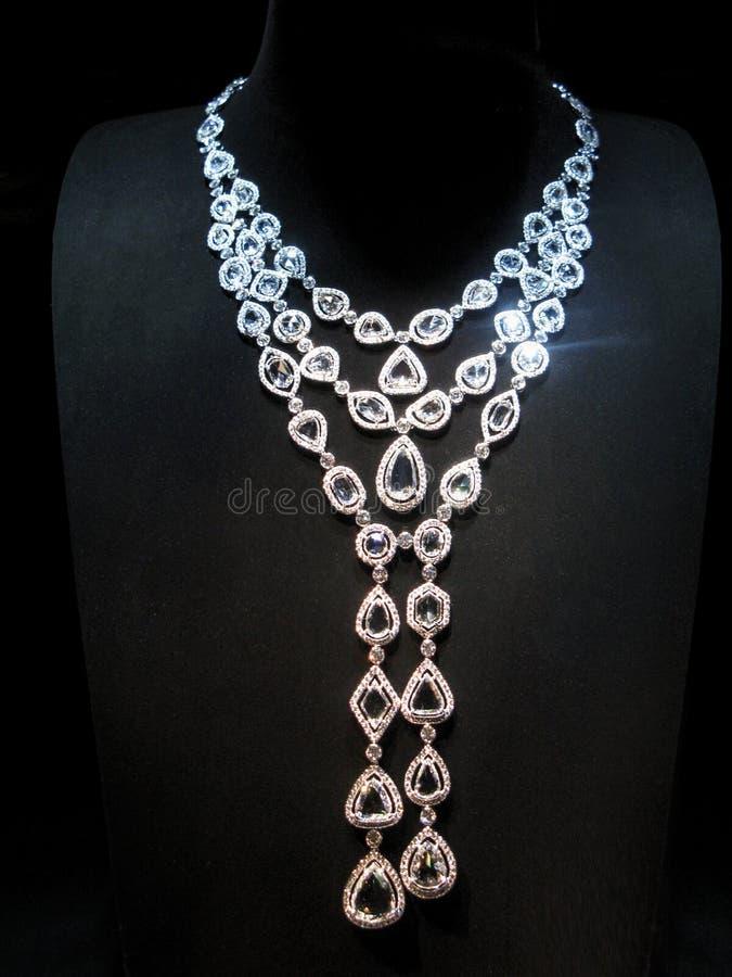 Colar feita do ouro branco com os diamantes na foto de stock