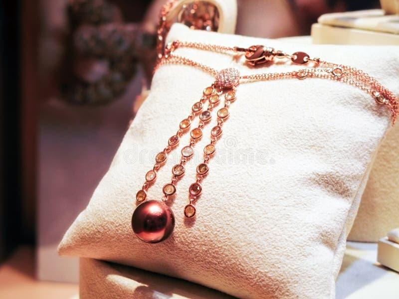 Colar feita do ouro cor-de-rosa com diamantes e gemas fotografia de stock