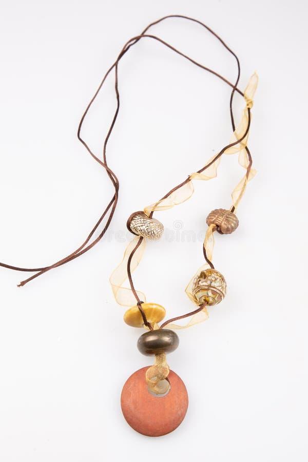 A colar feito a mão da pérola de Brown forma jewerly no fundo branco fotografia de stock