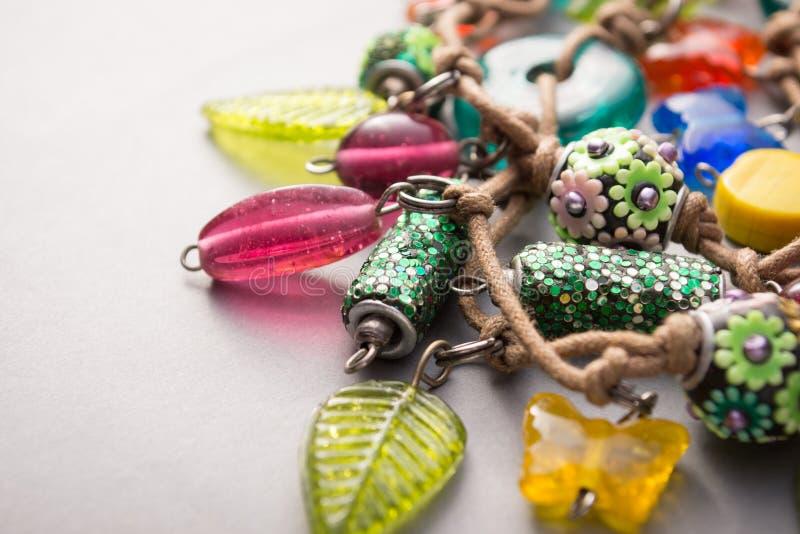 Colar feito a mão do artesão com encantos coloridos imagens de stock