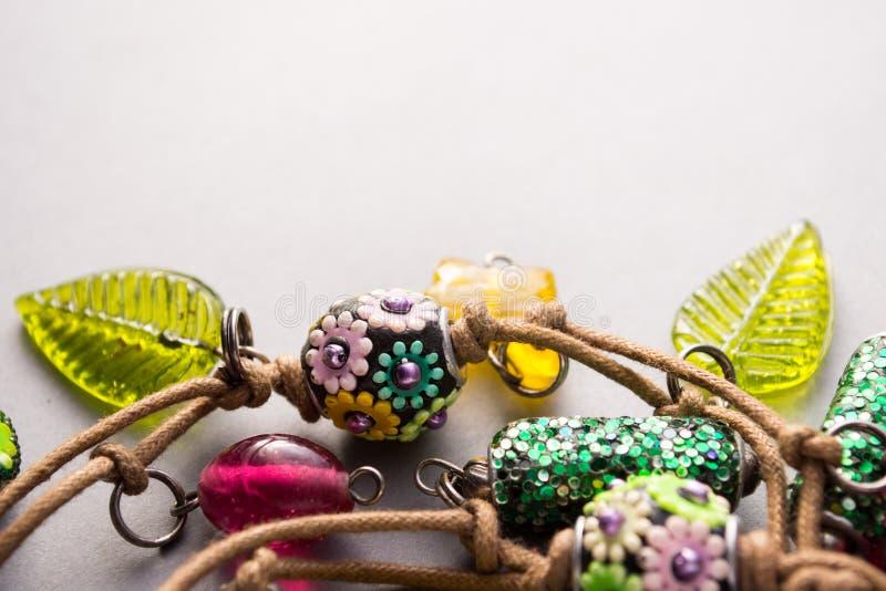 Colar feito a mão do artesão com encantos coloridos foto de stock