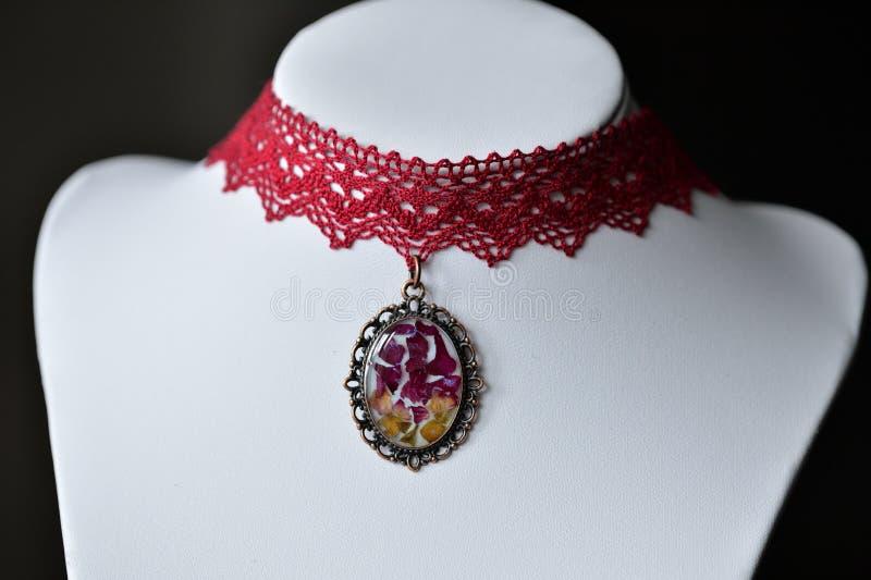 Colar feito a mão do colar preso à garganta do laço e pendente com flores naturais fotos de stock royalty free