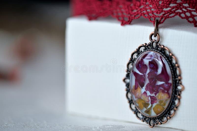 Colar feito a mão do colar preso à garganta do laço e pendente com flores naturais fotos de stock