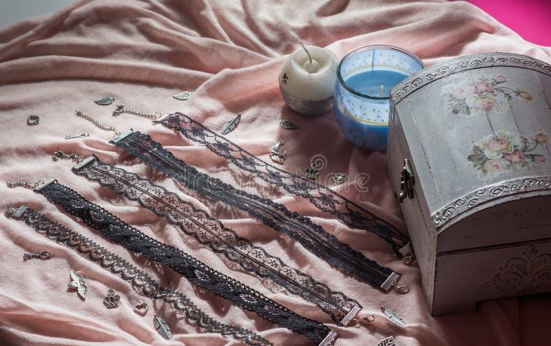 Colar feito a mão moderna - colar preso à garganta foto de stock