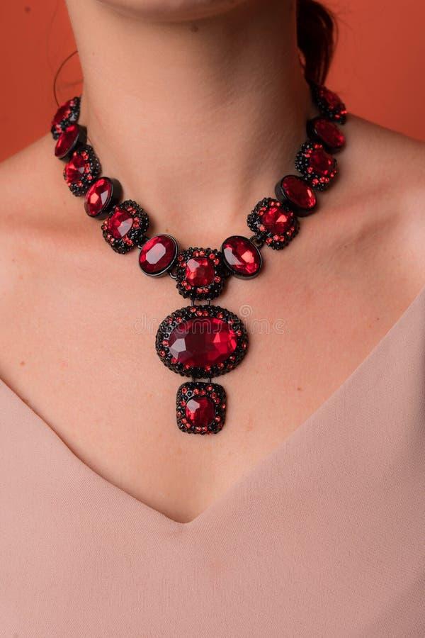 Colar para mulheres com as grandes pedras vermelhas imagem de stock royalty free