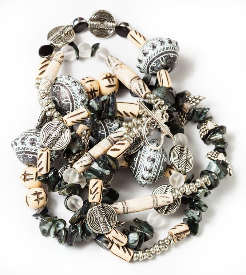 Colar Tangled do coquina, grânulos de vidro imagens de stock royalty free