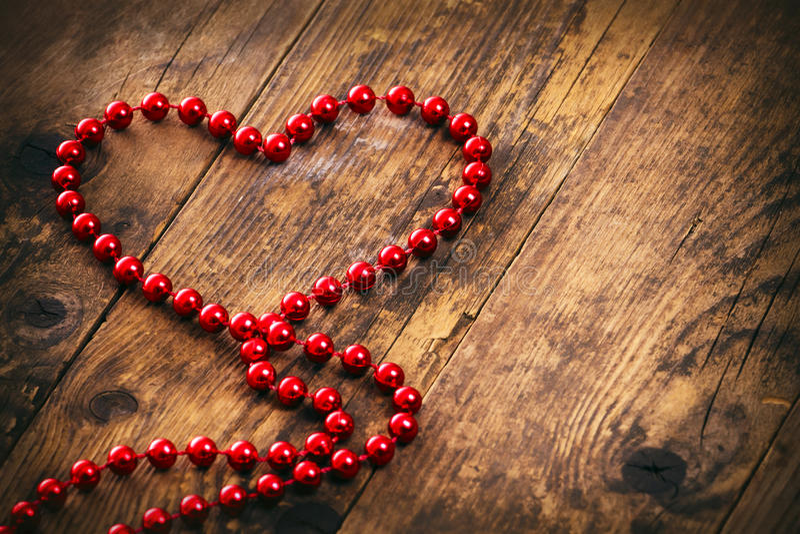 Colar vermelha da pérola da forma do coração. imagem de stock royalty free