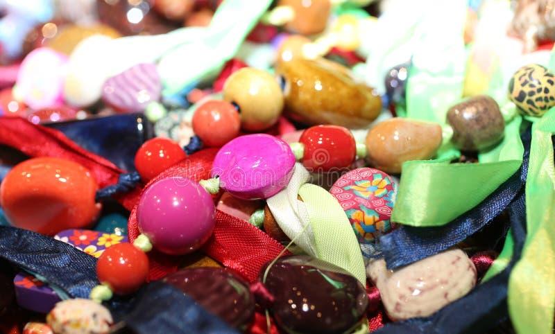 Colares com fita e pedras semipreciosas para a venda no f foto de stock