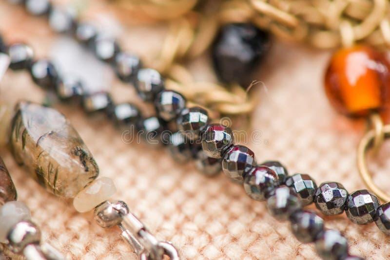 Colares de pedra preciosa feitas de pedras de quartzo e de pedra do hematita imagem de stock royalty free