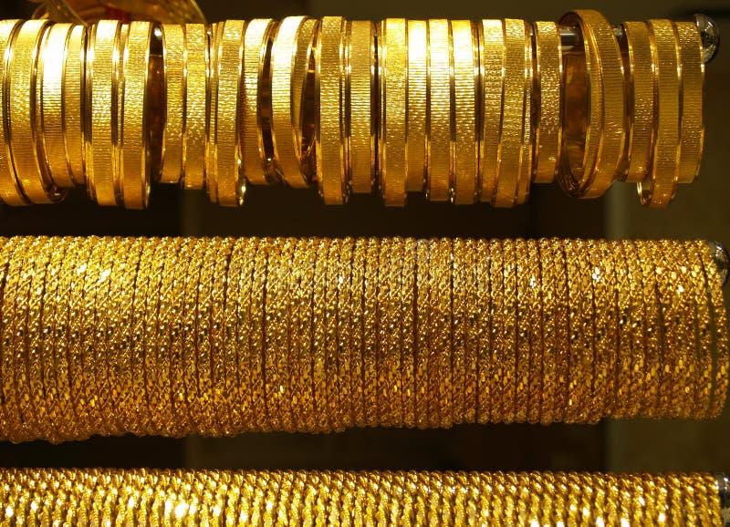 Colares e braceletes do ouro foto de stock