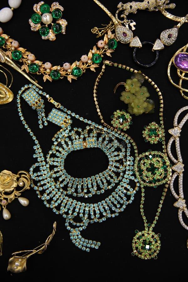 Colares e braceletes exclusivos com lotes das gemas no CCB preto imagem de stock royalty free