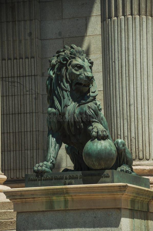 Colata del leone della scultura in bronzo sulla facciata della costruzione a Madrid fotografie stock libere da diritti