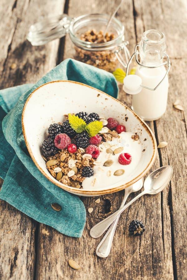 Colazione di cereali con more fresco immagini stock libere da diritti