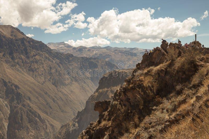 COLCA, AREQUIPA, PERU - NOVEMBER 26 - Mensenhoogtepunt die van verwachting op Andescondors in Colca, Arequipa, Peru wachten royalty-vrije stock fotografie