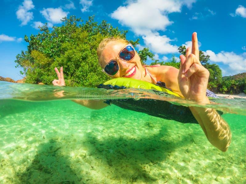 Colchão da mulher de Praslin Seychelles imagens de stock royalty free