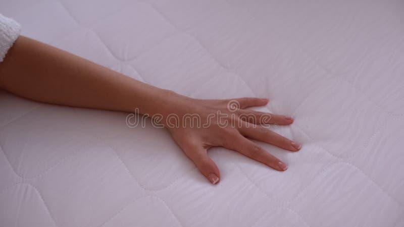Colchão táctil à mão, teste elasticidade e durabilidade, colagem de sono de qualidade foto de stock royalty free