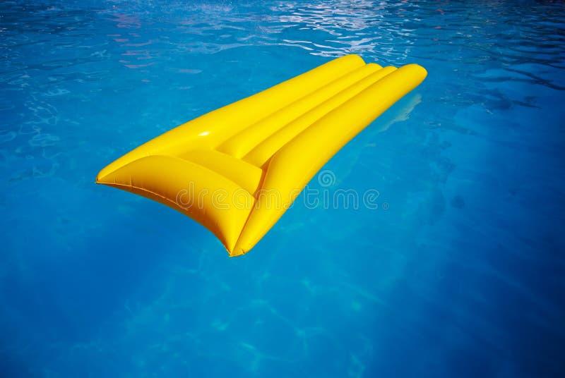 Colchón amarillo en la piscina imagen de archivo libre de regalías