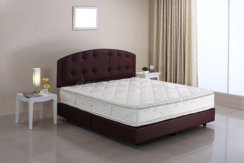 Colchón de la cama y atmósfera del dormitorio fotografía de archivo libre de regalías