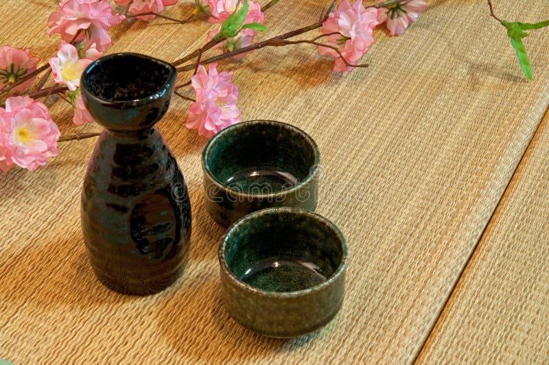 Colchón de Tatami y botella del motivo imagen de archivo