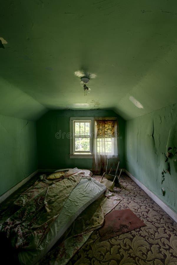 Colchón repugnante - hotel abandonado y campo religioso fotos de archivo