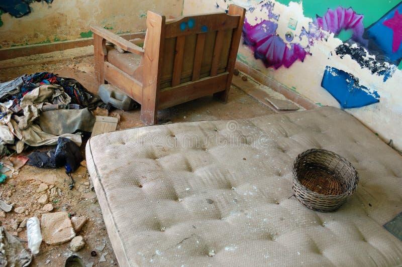 Colchón sucio en casa abandonada foto de archivo